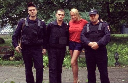 Анастасия Волочкова с полицейскими