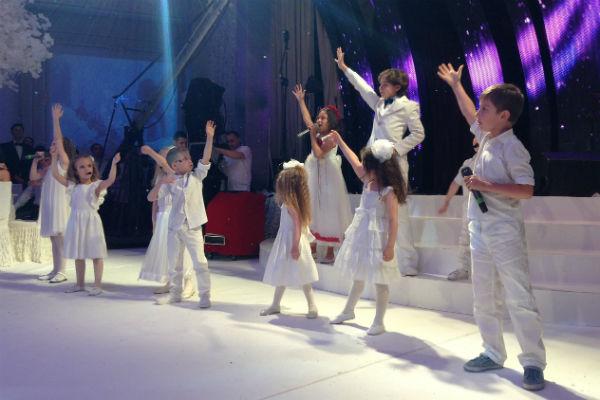Коллектив Яны Рудковской исполнил песню для молодых