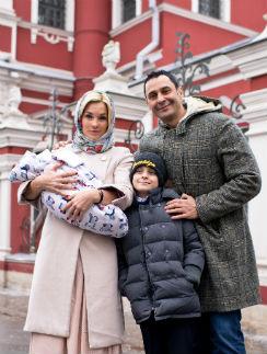 Стас и Юлия Костюшкины с детьми