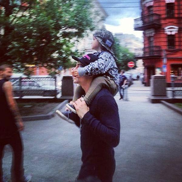Пантеров катает на плечах Богдана – сына Алены Водонаевой