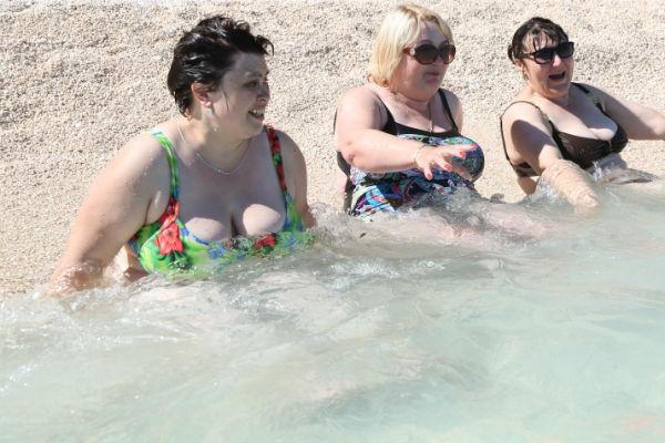 Победители купаются в кристально чистом море