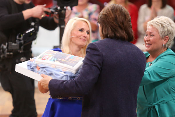 Лариса Черненко и Елена Лыкосова первыми оценили юбилейный торт