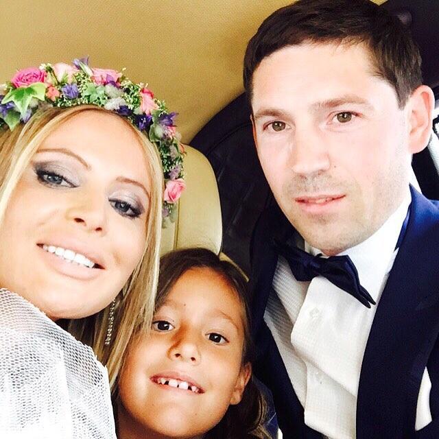 Счастливое семейство по дороге на свадебное торжество