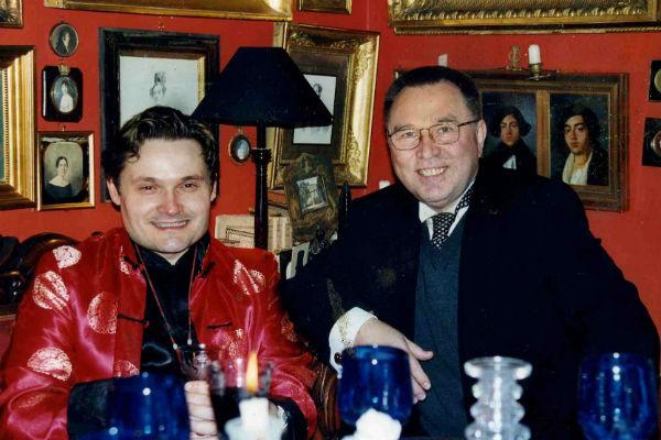 В парижской квартире, напоминающей музей, историк моды часто принимает гостей. На фото – с Кутюрье Вячеславом Зайцевым, 1998 год