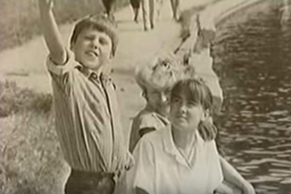 Петренко всегда был артистичным. На фото – с мамой и сестрой