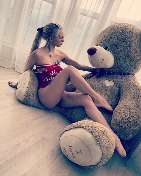 Помимо плюшевого медведя, Гуф подарил Яне подвеску стоимостью в полтора миллиона рублей