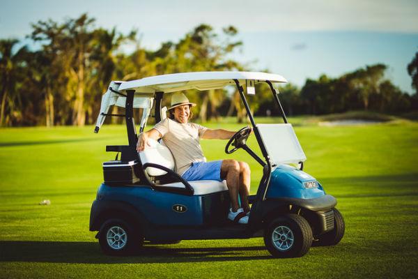 Андрей Малахов за рулем гольф-кара