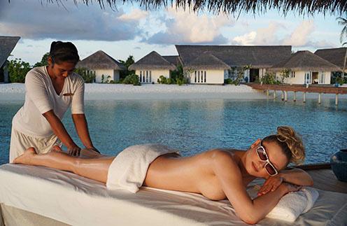В эти дни на берегу Индийского океана Лена Ленина проходит курс специального массажа, который поможет ей повысить доходы.