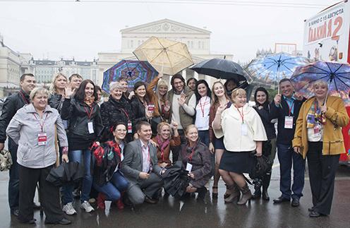 Несмотря на ливень, москвичи снимали нашу веселую группу на айфоны