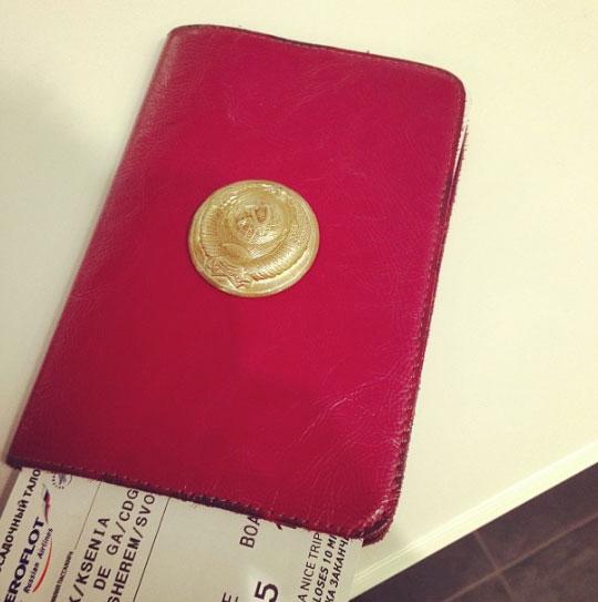 Обложка паспорта со вложенным в него билетом в Париж