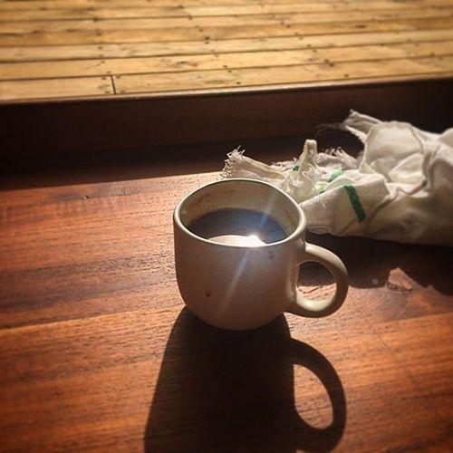 Пока Ксения занимается йогой, ее муж пьет кофе и отдыхает