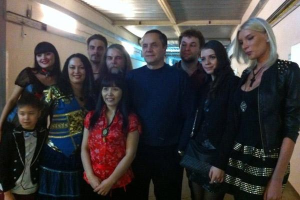 Редкое фото Соколова с экстрасенсами - на съемках актер общался с ними по минимуму