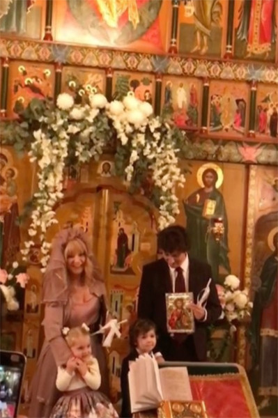 Первыми Аллу Пугачеву и Максима Галкина с венчанием поздравили их дети