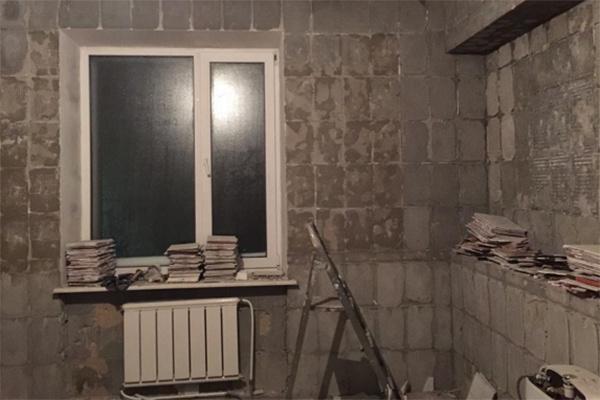 Ирина Агибалова показала промежуточный результат работы – стены, очищенные от старого кафеля