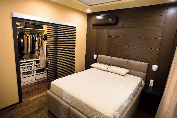 Спальня оформлена в теплых тонах