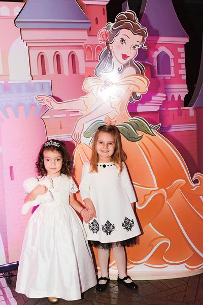 Будучи образцовой хозяйкой торжества, Алла-Виктория уделяла внимание всем, в том числе и своей подруге – дочери Кристины Орбакайте Клаве