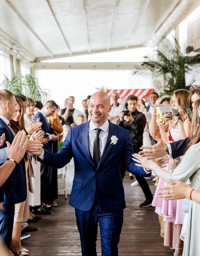 Андрей специально выбрал для свадьбы яркий синий костюм