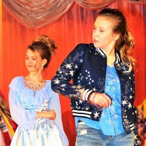 Дочка Алены Апиной постоянно играет в школьных спектаклях