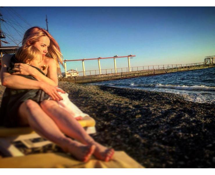 Однажды девочка была вместе с мамой на съемках у моря