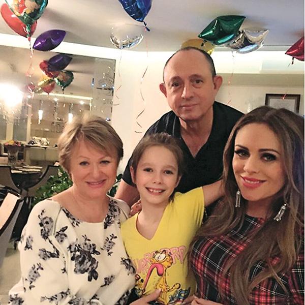 Когда Юлия на гастролях, ее дочка Вера часто остается с дедушкой и бабушкой