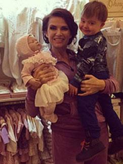 Эвелина Бледанс с Семеном в магазине детской одежды