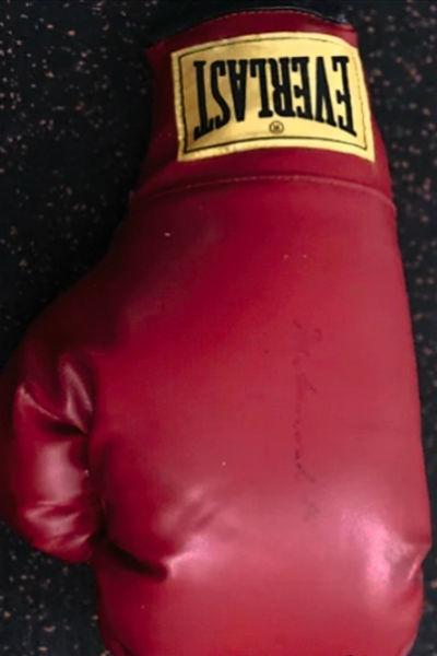 Боксерская перчатка Мохаммеда Али. Стоимость 2 млн рублей