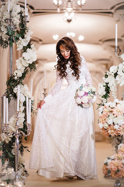 Для венчания Калашникова подобрала скромное кружевное платье