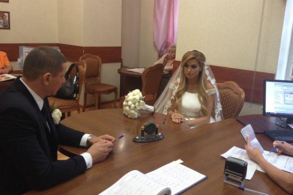 Ксения и Курбан подают подают документы на регистрацию брака