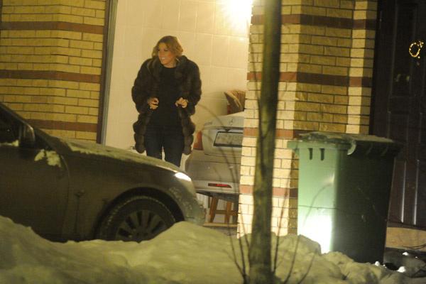 Ирина ждет возлюбленного около своего таун-хауса на Рублевке