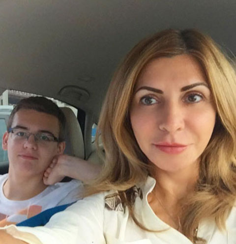 Ирина Агибалова с сыном Олегом по пути в аэропорт