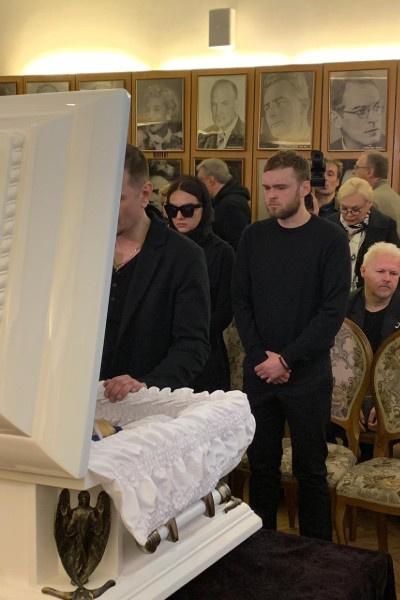 Сын и дочь Ирины Цывиной у гроба мамы