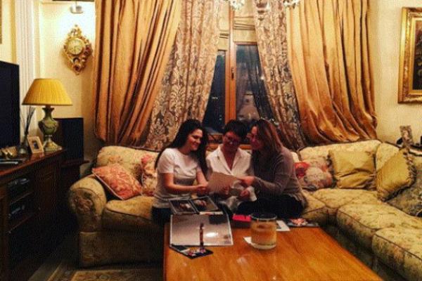 Наталья Фриске с мамой и подругой