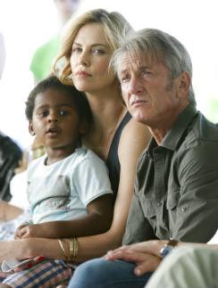 Шарлиз Терон с Шоном Пенном и сыном