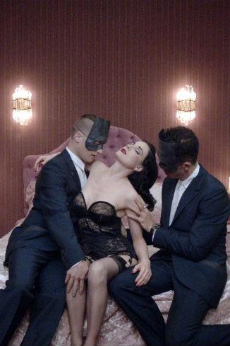 Кадр из нового клипа, в котором Дита поет