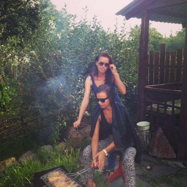 Ирина с сестрой Татьяной жарят шашлыки