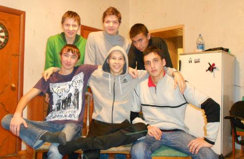 Одноклассники пришли домой к Эдуарду, который только что вернулся после химиотерапии, ноябрь 2012 года