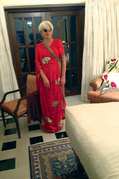 Глядя на ярко одетых индусок, певица купила себе сари