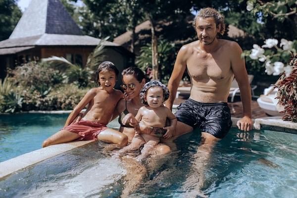 Айза Анохина с мужем Дмитрием и детьми