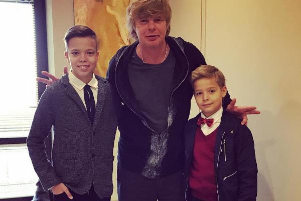 Андрей воспитывает двух сыновей