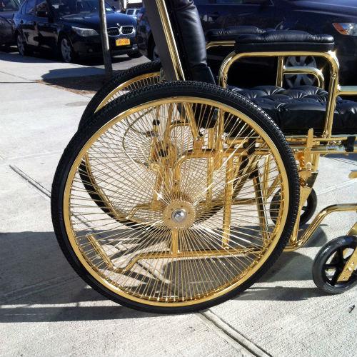 24-каратную инвалидную коляску специально для Гаги создал дизайнер Кен Борохов
