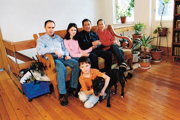 Игорь Владимирович с сыном, невесткой и внуками на даче в Переделкино, 2006 год