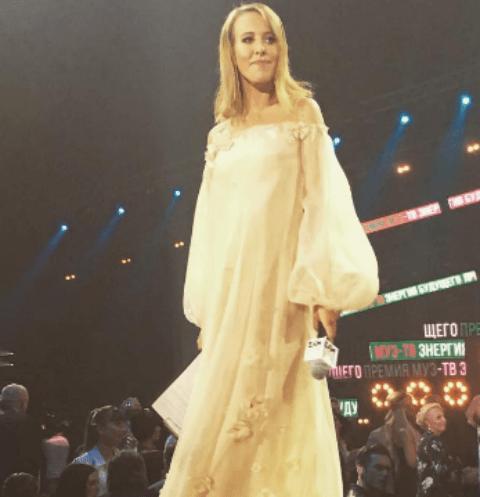 Ксения Собчак спровоцировала разговоры о беременности, появляясь в свободных платьях