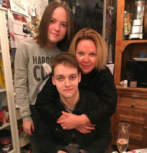Елена Валюшкина с сыном и дочерью