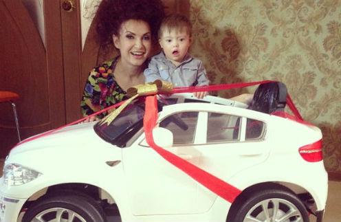 Эвелина Бледанс и Семен радуются новому автомобилю
