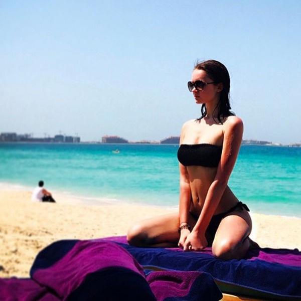 Александра демонстрирует точеную фигуру на пляже Джумейра