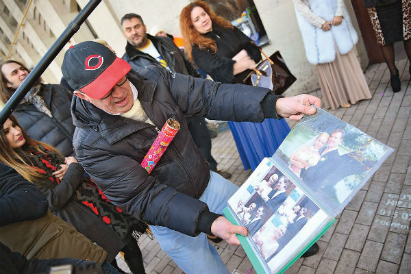 Дмитрий Иванович хранит фото знаменитостей, воспользовавшихся его услугами
