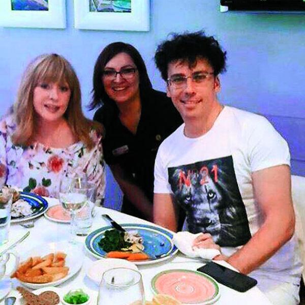 Получение европейского паспорта пара отпраздновала в рыбном ресторане