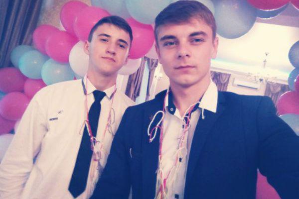 Дима Сенченко (слева) хотел произнести торжественную речь при получении диплома