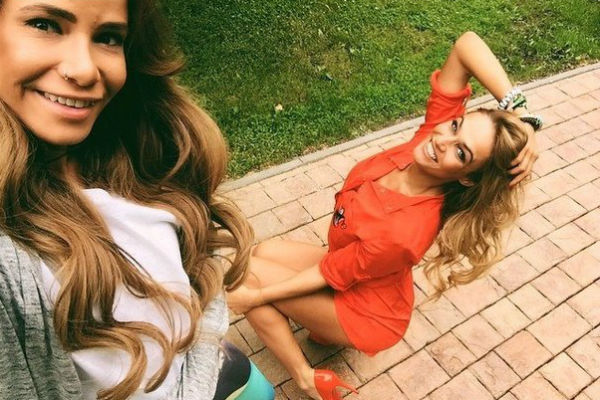 Алена Водонаева и Айза Долматова весело проводили время