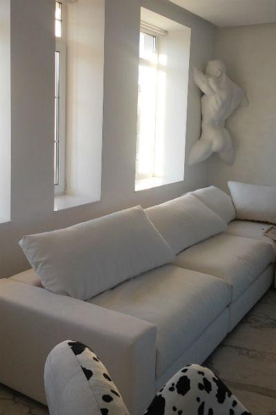 В углах комнаты у Лены красуются скульптуры мужских тел